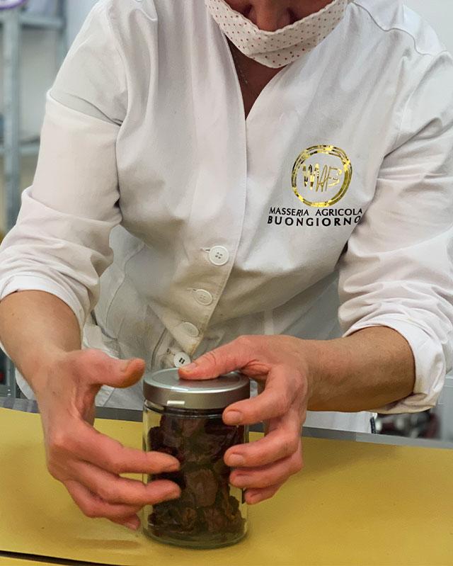 confezionamento-masseria-agricola-buongiorno-azienda-produzione-trasformazione-peperoni-cruschi-igp-sottoli-confettura-senise-basilicata